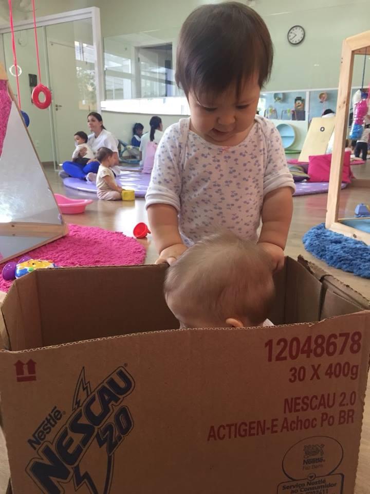Brincando com caixas de papelão – Baby I – Escola Interação